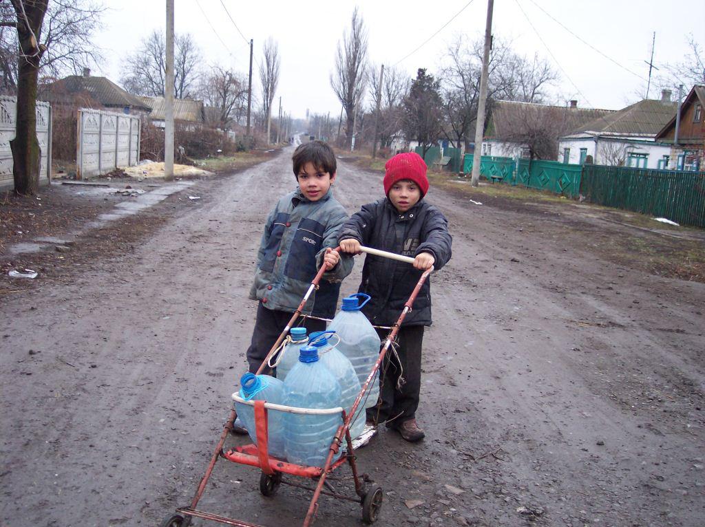 Kinder beim Wasser holen in Schorsk